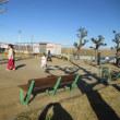 公園で遊びに夢中な子供達