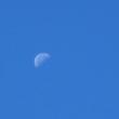 秋の空と下弦の月。