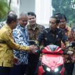 インドネシア初の国産電動スクーターを大統領にお披露目!