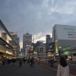 名山に見送られ、高層ビル連なる新宿へ。