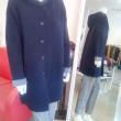 ニットのジャケットコートと赤いストール