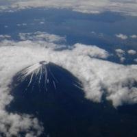 富士山を上空から見下ろす