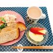 サラダ2種類と パンの朝ごはん