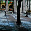 街の風景、雨上がりの朝日が反射しています