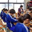 中学生が三河木綿の手織り教室にやってきた