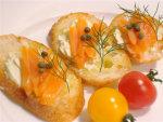 スモークサーモンとガーリックハーブチーズのブルスケッタ