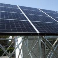 ソーラーパネルの設置工事が始まった。