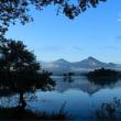 湖畔から望む早朝の磐梯山