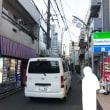 明大前駅周辺の狭くて危ない道、ここが一方通行だったら、人も自転車も車も安心して通れると思います!