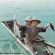戦前の沖縄。1935年に撮影された、笑顔で魚を掲げる糸満の漁師