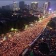 私たちも、200万人以上が集まって、大統領が変わりました。ファイティング!