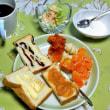 朝食づくり 有名店の食パンらしいが・・・ 「猫に小判?」
