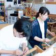 竹島を眺めながらお友達と手織り体験   竹島クラフトセンター