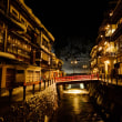 淡いガス灯と柔らかな電灯〜光に包まれる銀山温泉の夜