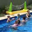 妻を亡くした94歳のおじいさん、近所の子供のため自宅にプールを造り