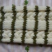 046 白に緑ボーダーの縄編みセーター