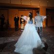 結婚式で撮影を楽しむ