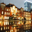 「水たまりに反射する東京駅」のフリー素材(商用利用可能)