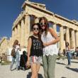 パルテノン神殿前で≪影絵遊び≫をしていた二人