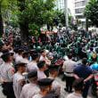 Grab二輪運転手がインドネシアで、報酬2倍を要求し、デモ!