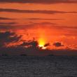 朝日とホタテ漁船