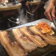ハサミで肉を切る