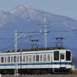 雪化粧の赤城山バックで走る、東武ローカル列車。
