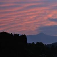 久しぶりの夕焼けに囲まれた男鈴山  (Photo No.14384)