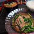「江戸家」、豚肉とニラ炒め定食(小そば付き)と、おにぎり