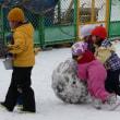 子どもは風の子雪遊び