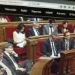議会でスマホ見ています! カタルーニャ