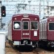 阪急 塚口市場踏切(2012.10.13) 角形と丸形の運行標識板の並び