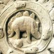 12世紀に作られた寺院で、恐竜の彫刻が見つかった!?