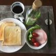 8/16(水)朝食(食パン、サラダ、コーヒー)。