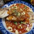 エスニック「ティラピアの姿揚げ」。カラッと揚げて豪快に「甘酢あんかけスイートサワーソース」にした。男の料理。