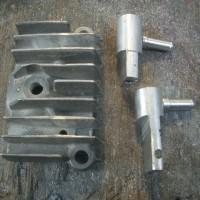モンキーのシリンダーヘッドR側サイドカバー加工中、旋盤のハンドル粉砕
