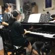 ピアノのすぐ側でお付き合いします 黒猫ジジィ&洗濯ばさみ