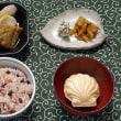 お赤飯にジャコ天と根菜の煮物を添える朝