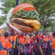 2017.08.09 上野公園 東京芸大学園祭 神輿行列: 先頭はハンバーガー神輿