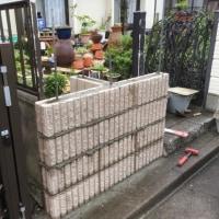 曇り時々雨の中で門柱ブロック工事 茨城 利根