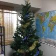 クリスマスツリー飾りつけ中