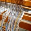 トップ染めのガラ紡糸を織機にセットを始めた