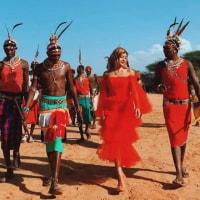 """ローラ、ケニアの部族を""""真っ赤なドレス姿""""で訪問して世間は失笑!"""
