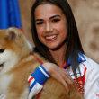 ザギトワに秋田犬のマサルが贈呈