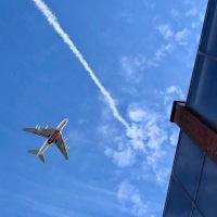 マンチェスター空港はすぐ近く!ストックポート上空を低く飛ぶ飛行機が青空に映える