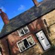 サミュエル・クロンプトンのかやぶき屋根の生家のある、時間が止まったかのような石畳の通り、売家看板も出ている普通の住宅街