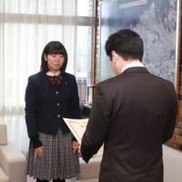「第37回全国高等学校弓道選抜大会」に出場された諏訪愛南さんに箕面市長表彰!