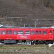 しなの鉄道・・・戸倉駅あたりを・・・懐かしの「コカ・コーラレッド ラッピングカー」復刻車が走る