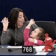 赤ちゃんを同伴した熊本市議は、裁かれるべきなのか。諸外国の例を見てみよう