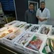 北海道の道央水産物商業協同組合の多田健三理事長のお店の名前は「さかな家」。多田理事長のお店を訪問したら、ちょうど、お魚を刺し身用にさばいているところでした。まちの魚屋さん応援しています!